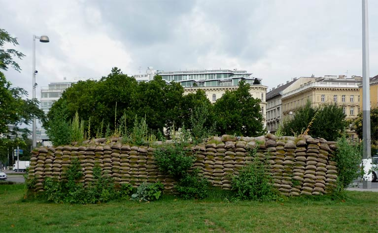 A food wall to alleviate hunger and malnutrition in urban for Jardin suspendu