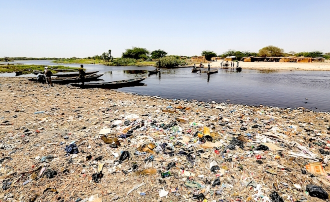 The banks of Lake Chad are strewn with garbage. Pollution is one cause of the environmental crisis currently facing Africa's fourth-largest water basin. - https://news-images.vice.com/images/2015/05/15/in-photos-chad-body-image-1431716697.jpg